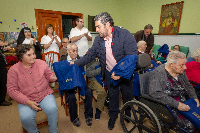 Carlos Lobo en el acto de entrega de mantas