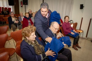 Carlos Lobo entregando mantas